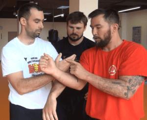 Sifu Chris Collins vysvetluje detaily pri treninku WingTsun